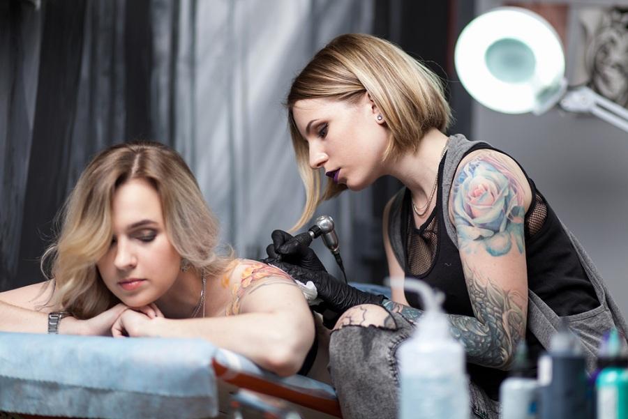 tetováló bútorok